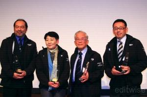 功労賞を受賞した上野氏、千葉景子氏、酒匂敏次氏、中川儀英氏(左から)