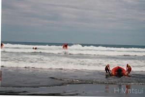ニュージーランド大会IRB競技のコンピテンシーチェック(技術確認を兼ねた事前練習)。競技開始後も海況が大荒れだったため、この会場で競技は行わず、島の反対側の穏やかな会場へ変更になった